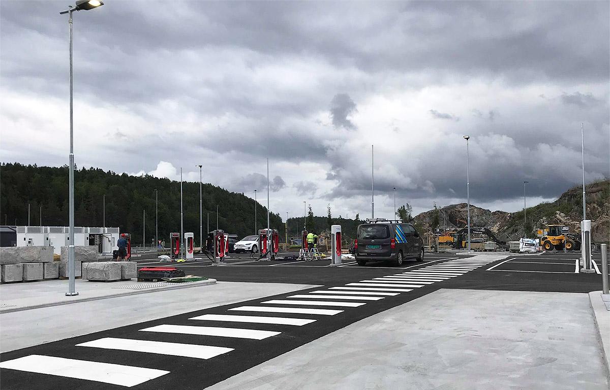 Teslas nye superladerstasjon ved Langrønningen, Bamble. Foto: Vigdis Asbjørnsen, TOCN.